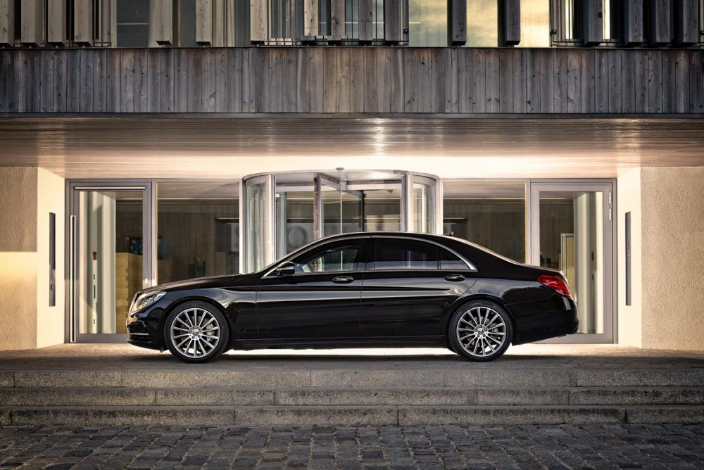 Mercedes S-Klasse Seitenansicht vor Hotel