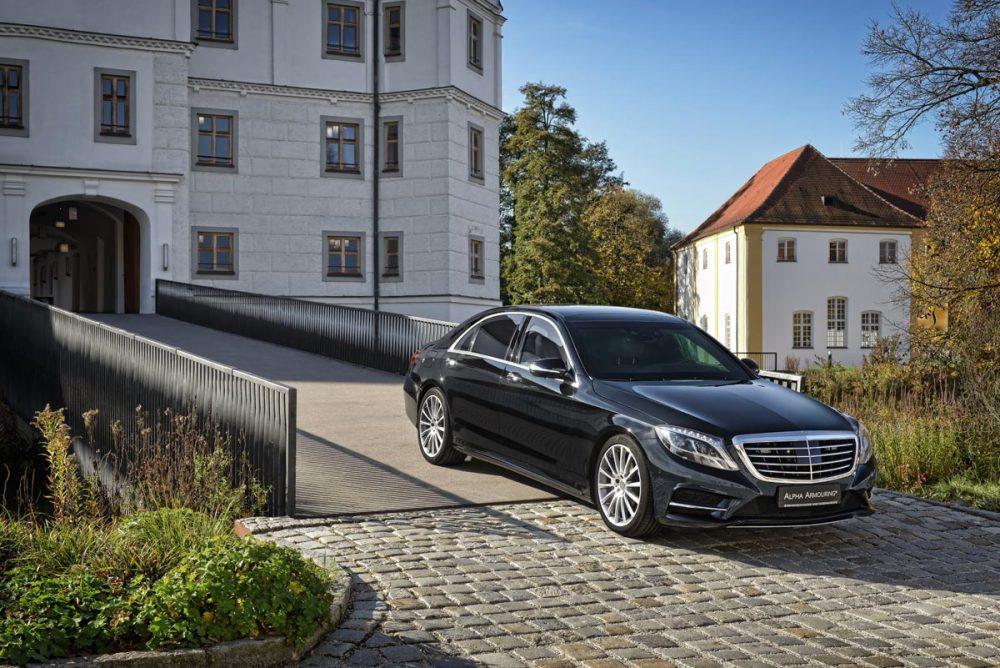 Mercedes S-Klasse Frontansicht vor Schlosseinfahrt
