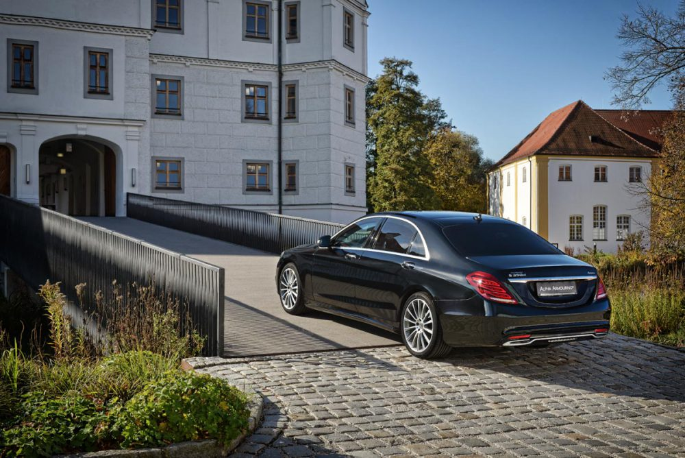 Mercedes S-Klasse Rueckansicht vor Schlosseinfahrt