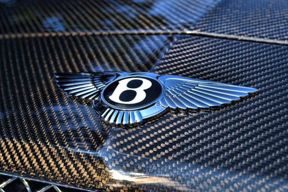 Carbonhaube und Emblem eines Bentley Continental