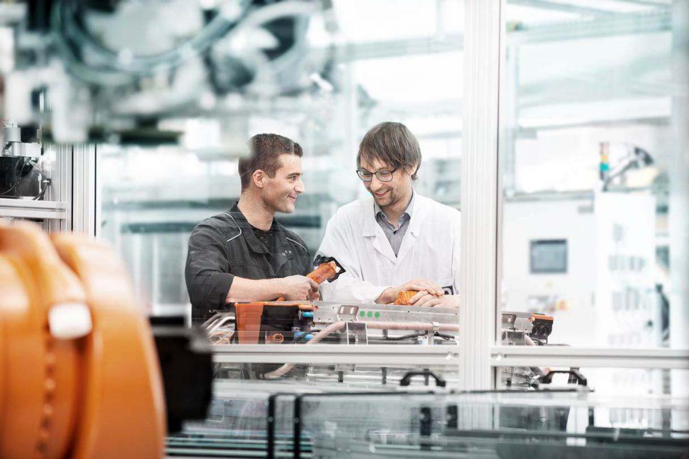 Mitarbeiter im Gespraech in Industriehalle