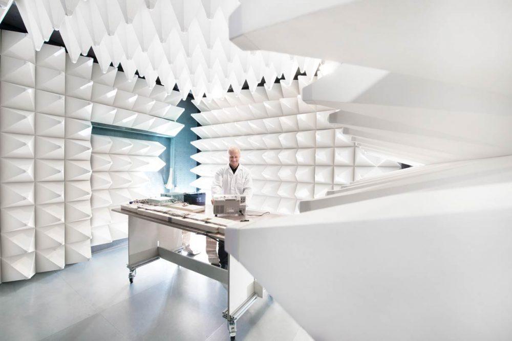 Mitarbeiter testet Bauteil in Akustiklabor