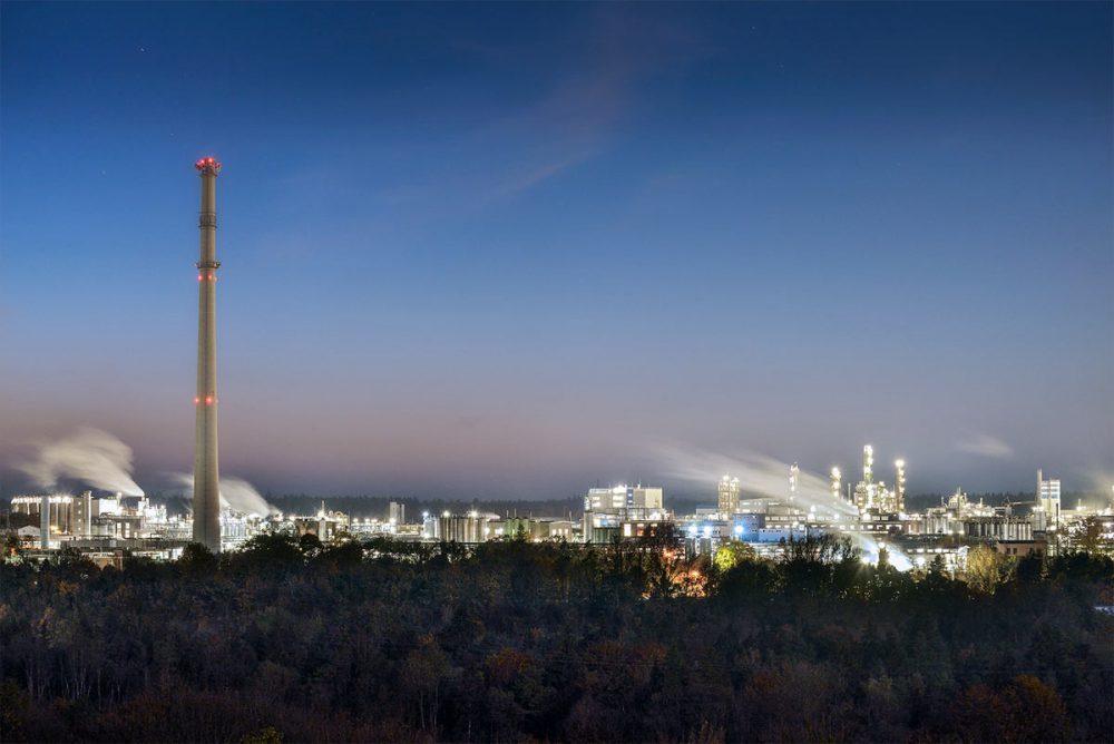Abendaufnahme des Chemieparks Gendorf