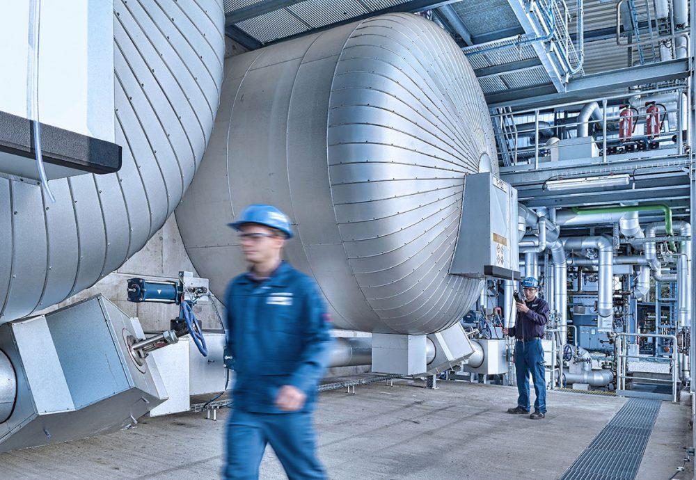 Mitarbeiter in Industriehalle im Chemiepark Gendorf