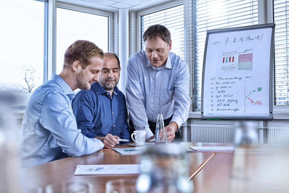 3 Mitarbeiter in der Diskussion