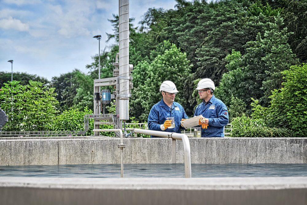 2 Mitarbeiter bei Kontrolle der Wasserqualitaet