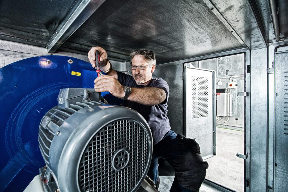Mitarbeiter arbeitet an Generator