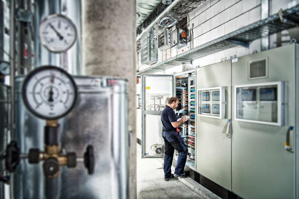 Arbeiter kontrolliert Schaltkreise