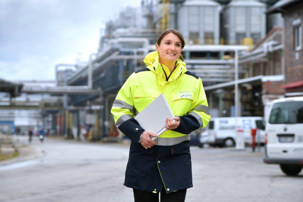 Mitarbeiterin der InfraServ Gendorf auf Werksgelaende