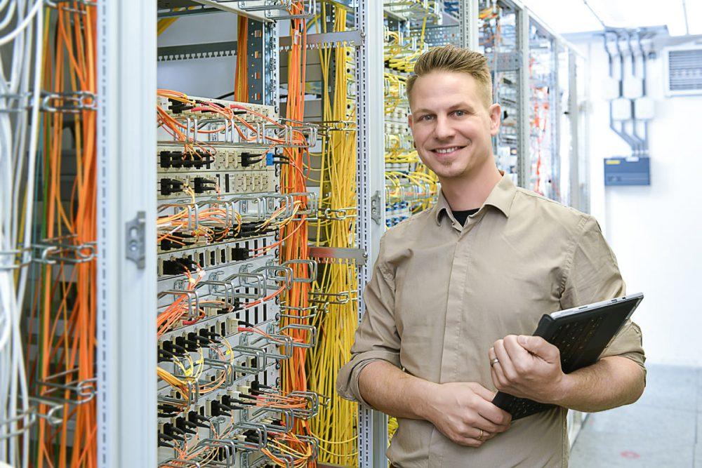 Mitarbeiter beim Check der Netzverbindung