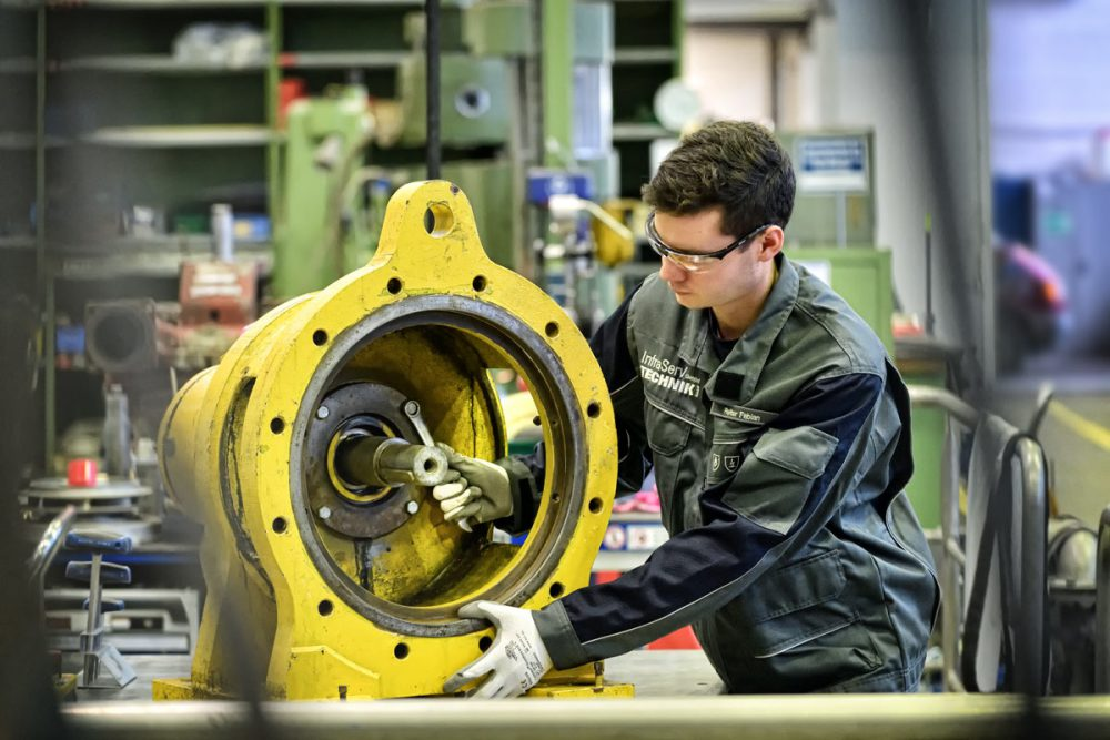 Arbeiter repariert Getriebeglocke