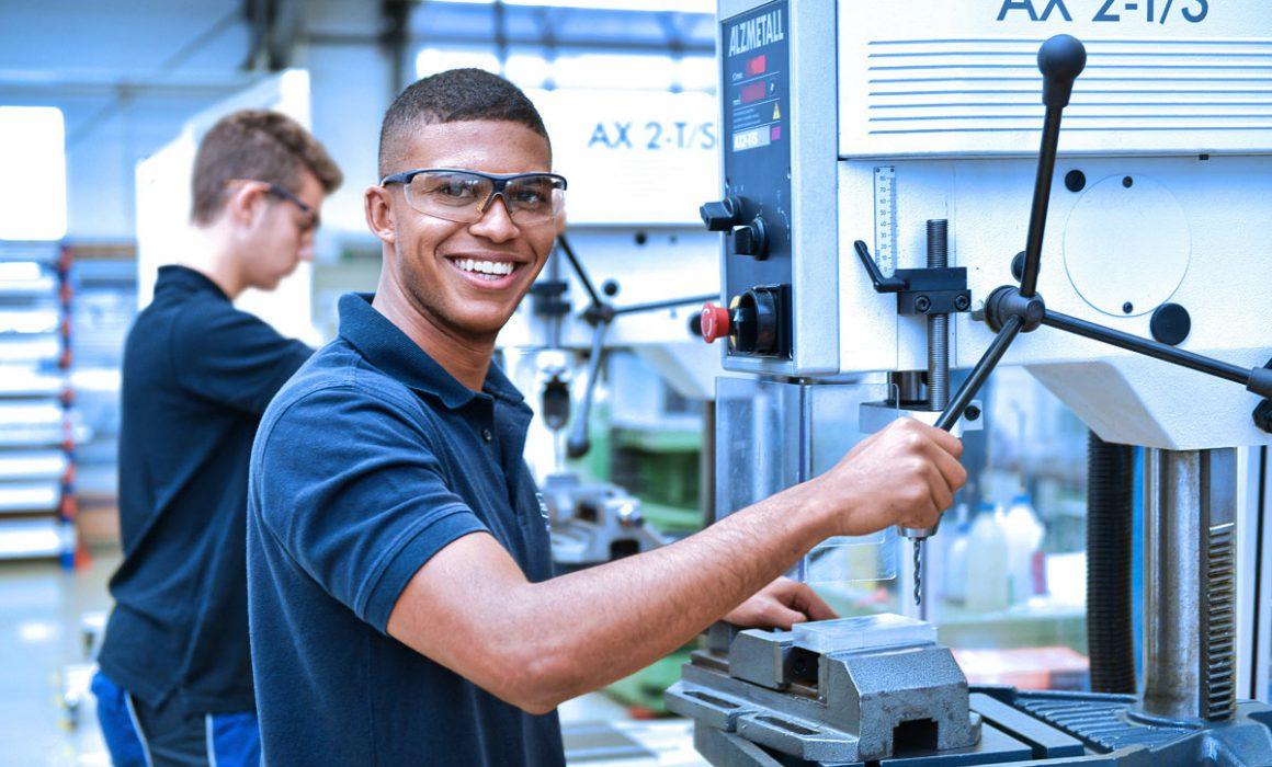 Auszubildende im Praktikum an Industriebohrer
