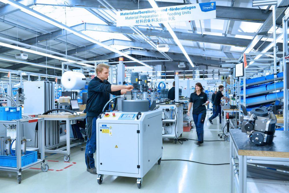 Mitarbeiter Anlagenmontage in Industriehalle