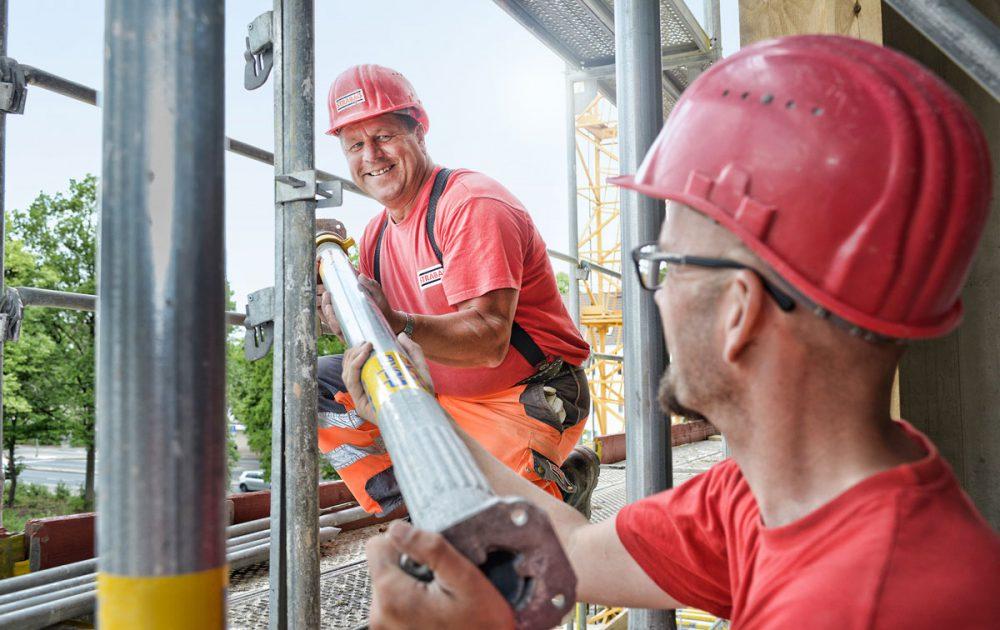 Geruestaufbau an einer Stahlbetonkonstruktion