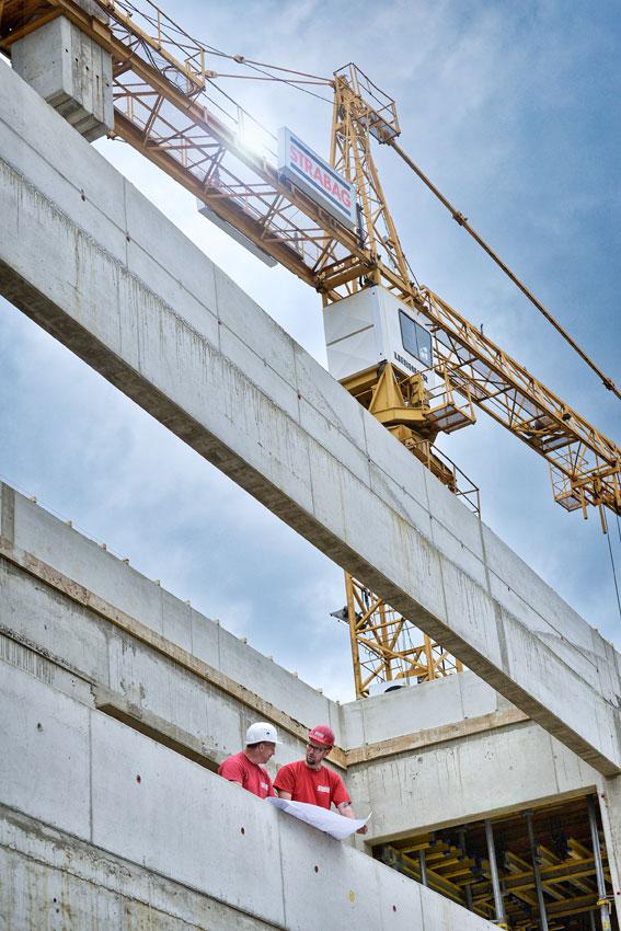 Lagebesprechung Bauleitung innerhalb Stahlbetonkonstruktion