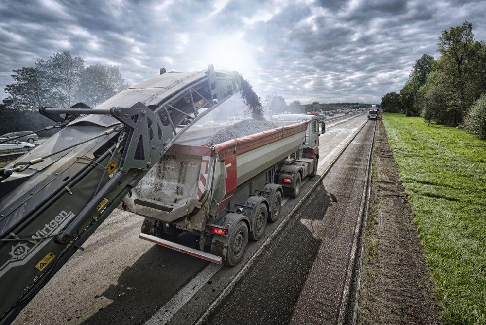Beladung eines LKW mit Fraesgut
