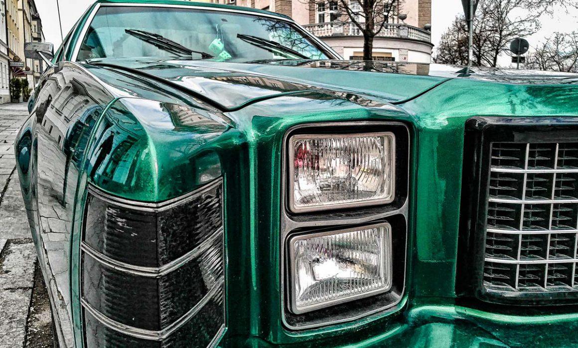 Ford LTD Frontansicht auf Strasse